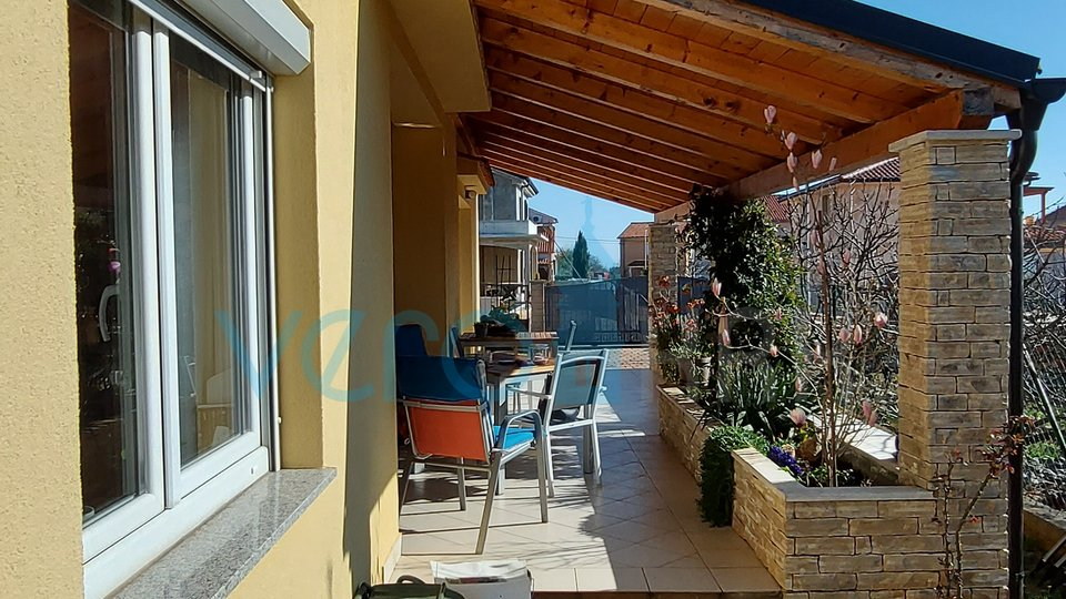 Stadt Krk, größere Umgebung, neueres Einfamilienhaus mit zwei Wohnungen und Garten