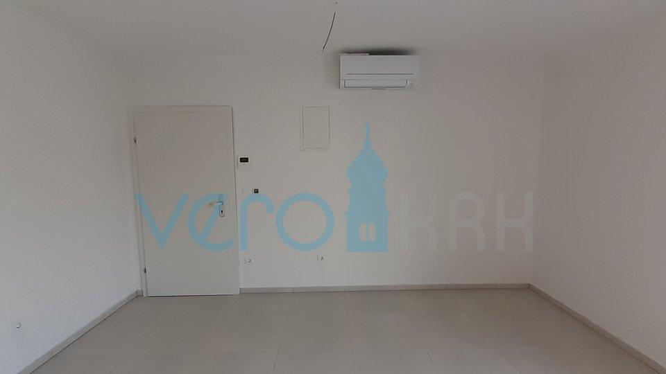 Grad Krk, novi apartman na katu i prizemlju sa velikom okućnicom