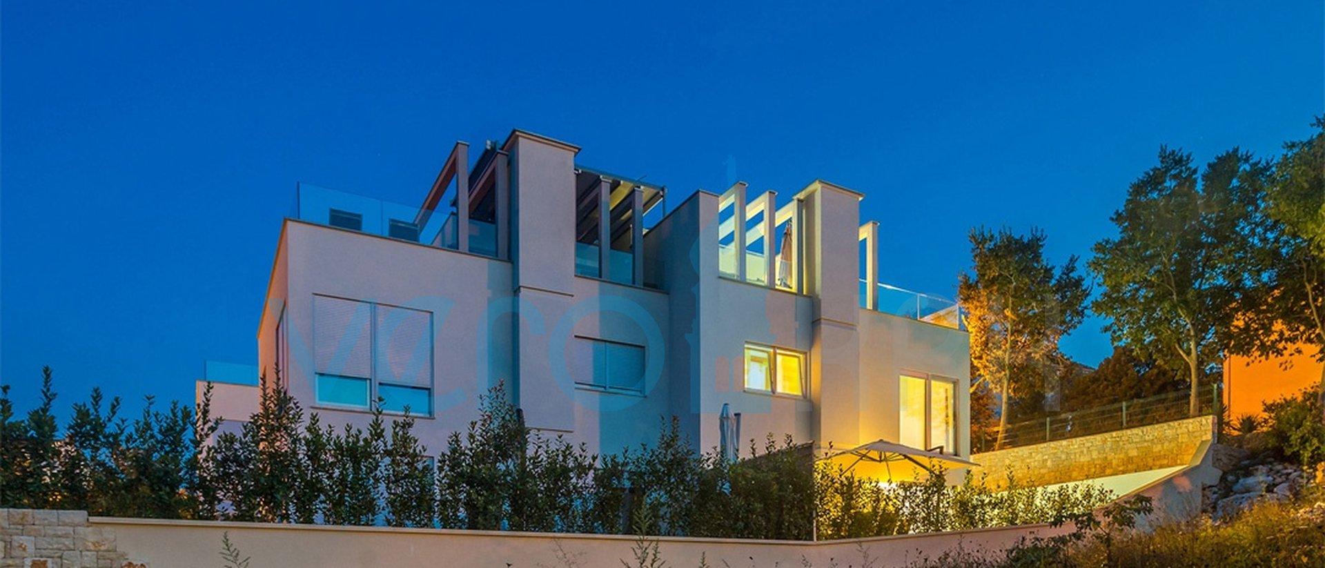 Malinska, dvojna luksuzna vila sa bazenom i pogledom na more u samome centru