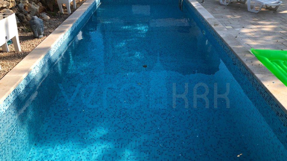 Die Stadt Krk, Umgebung, šotovento, freistehende Steinvilla mit Pool und Meerblick