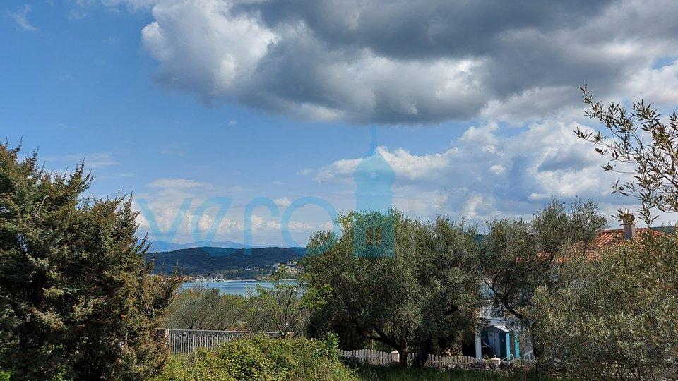 Otok Krk, Uvala Soline, dvosoban stan u prizemlju sa pogledom i okućnicom