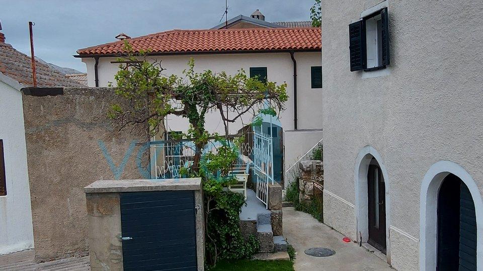 Otok Krk, Draga Bašćanska, šarmantna renovirana starina 64m2 sa okućnicom