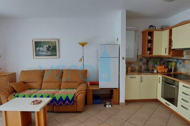 Uvala Soline, dvosoban stan od 65 m2 u prizemlju sa okućnicom i djelomićnim pogledom na more