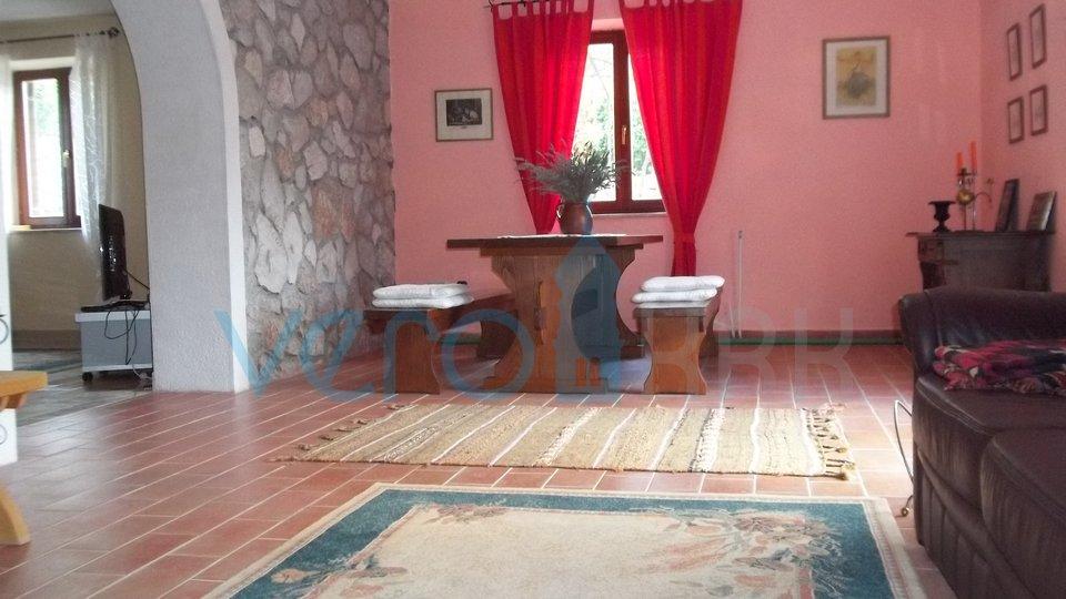 Otok Krk, Dobrinj, okolica, obnovljena kamnita hiša z velikim vrtom