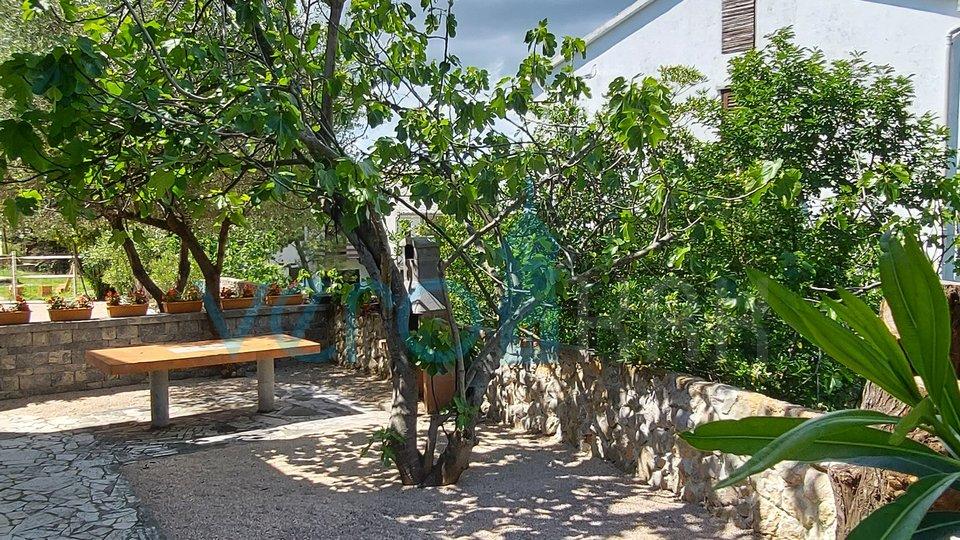 Punat, otok Krk, dvojna kuća sa tri stana i djelomićnim pogledom na more