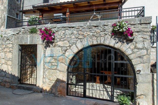 Mesto Krk, šotovento, obnovljena kamnita hiša v nizu