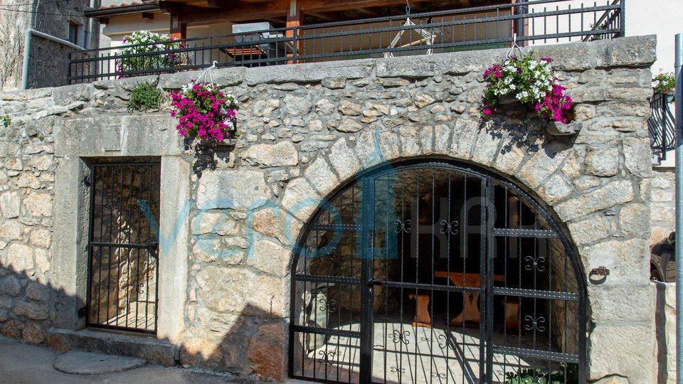 Grad Krk, šotovento, renovirana kamena kuća u nizu