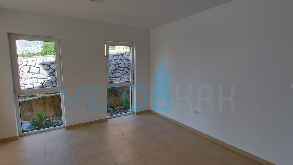 Otok Krk, Čižići, apartman od 49 m2 u prizemlju sa okućnicom
