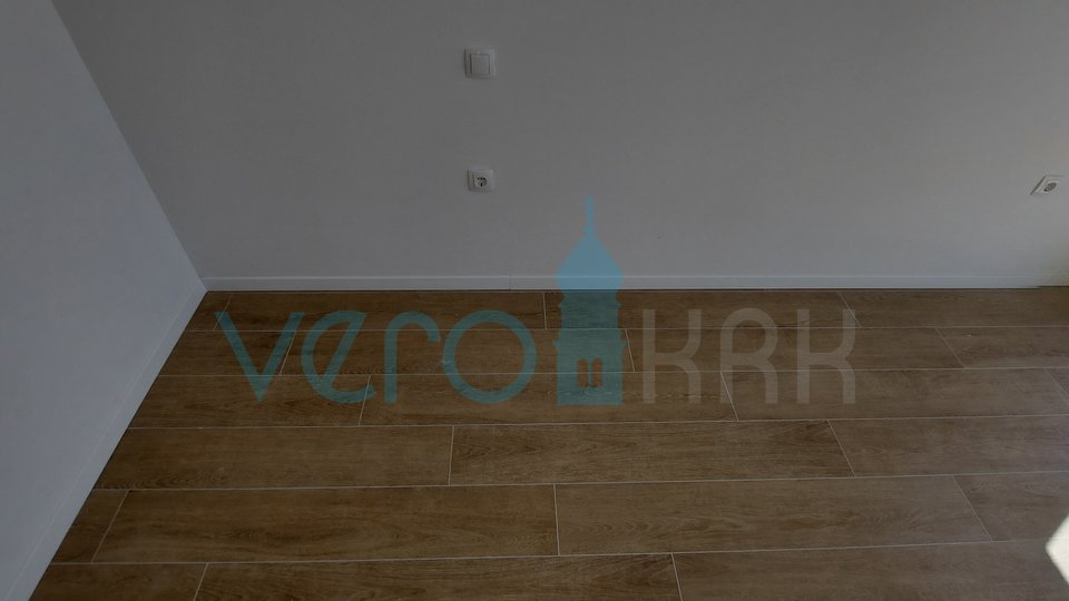 Otok Krk, Čižići, dvosoban stan 58 m2 na katu s djelomićnim pogledom na more