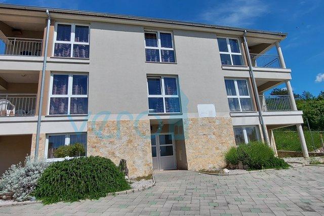 Uvala Soline, otok Krk, samostojeća kuća sa 6 apartmana i bazenom