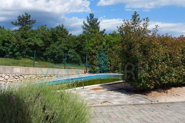 Uvala Soline, otok Krk, dvosoban stan u prizemlju sa bazenom i okućnicom