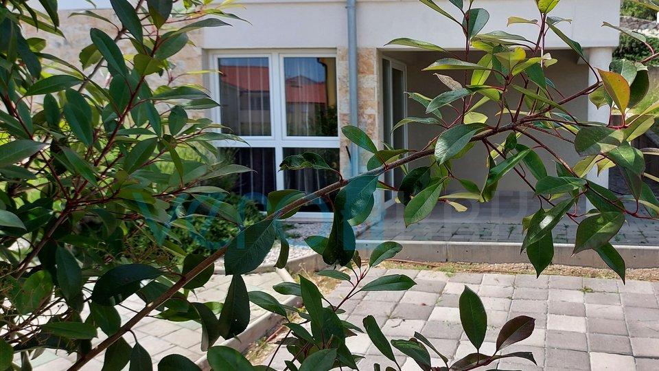 Zaliv Soline, otok Krk, dvosobni apartma v pritličju z bazenom in vrtom