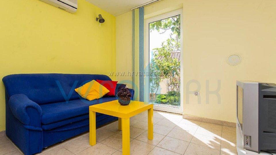 Zaliv Soline, otok Krk, trietažni apartma 40m od plaže