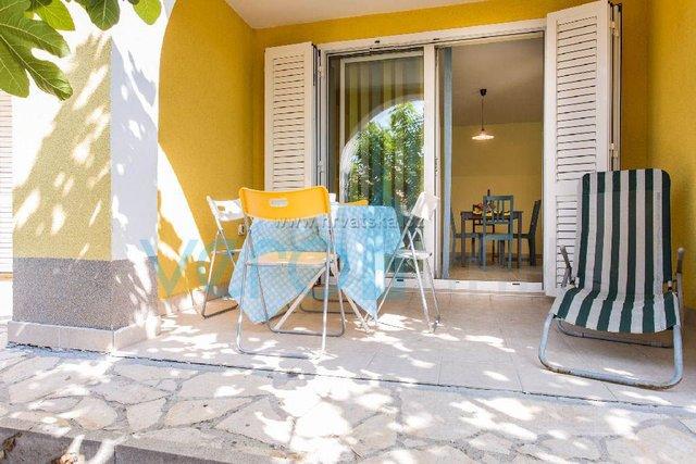 Uvala Soline, otok Krk, troetažni stan na 40m do plaže