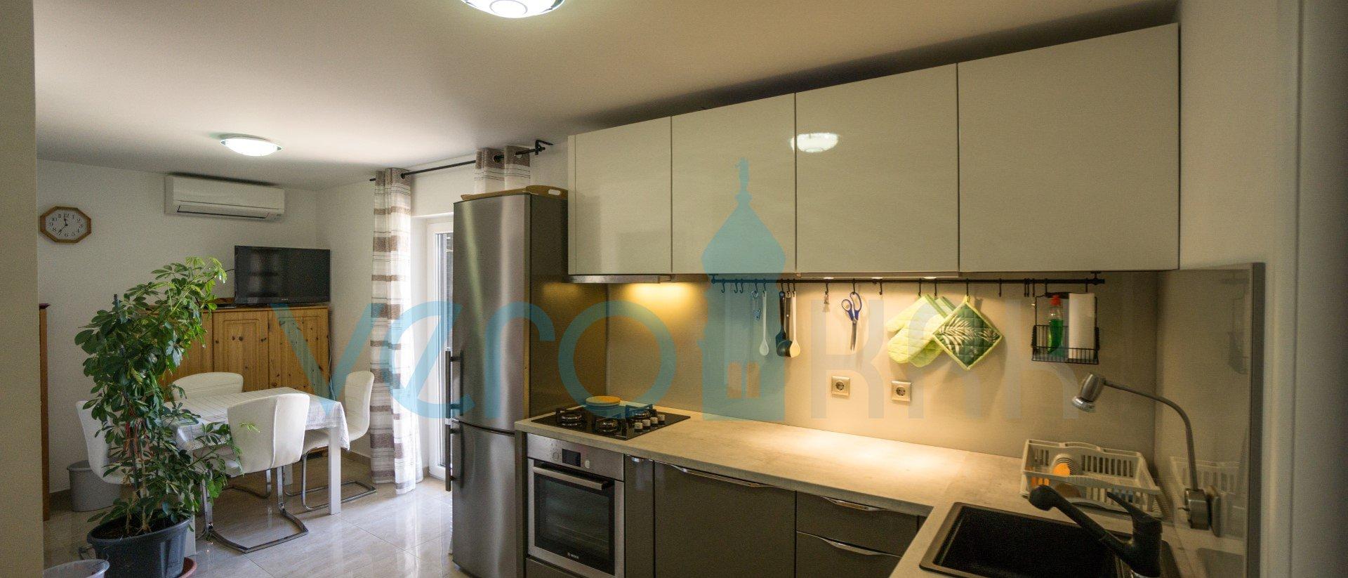 Malinska, moderni apartmani 90m2, 105m2 okućnice, 250m od mora