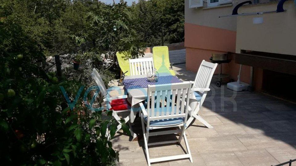 Dobrinj, okolica, dvoetažni apartma 74 m2 z vrtom v pritličju