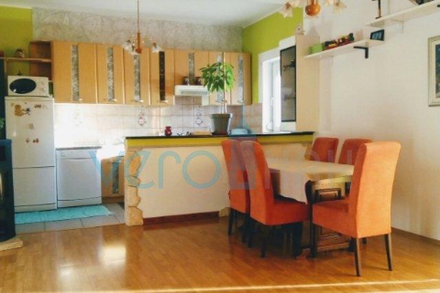 Grad Krk, okolica, trosoban stan u prizemlju 140 m2 sa okućnicom i garažom