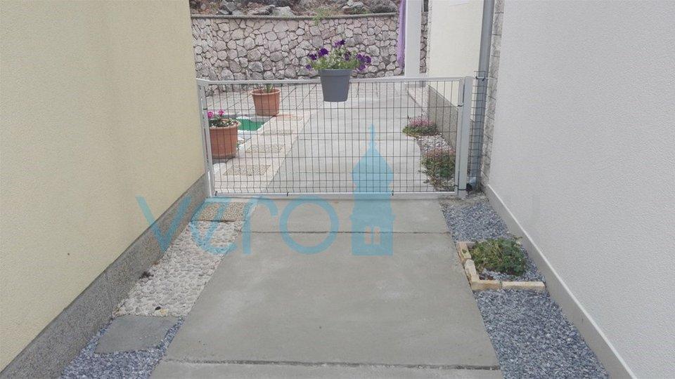 Die Stadt Krk, Umgebung, Dreizimmerwohnung im Erdgeschoss 140 m2 mit Garten und Garage