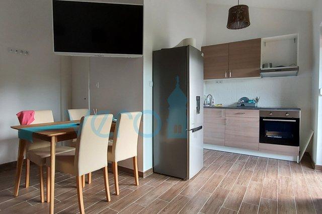 Uvala Soline, otok Krk, stan u novogradnji na katu sa okućnicom