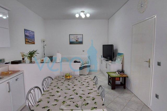 Njivice, namješteni stan 42 m2 u prizemlju sa okućnicom