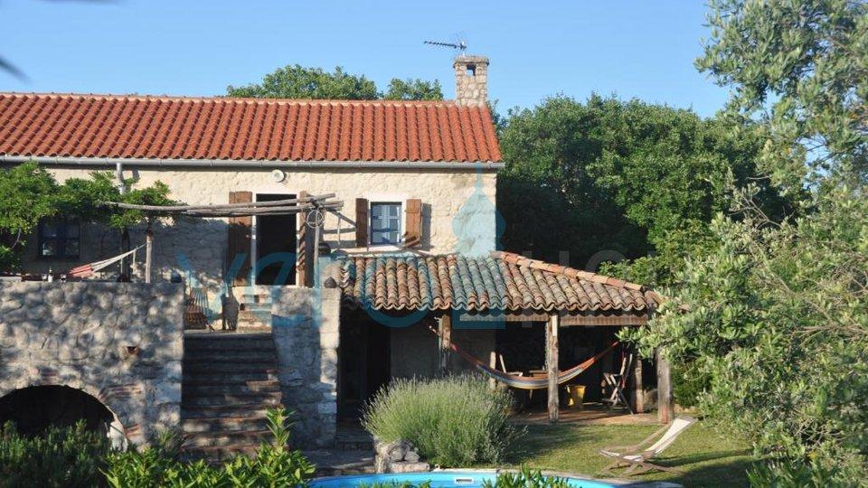 Dobrinj, okolica, samostojna kamnita hiša z bazenom in vrtom