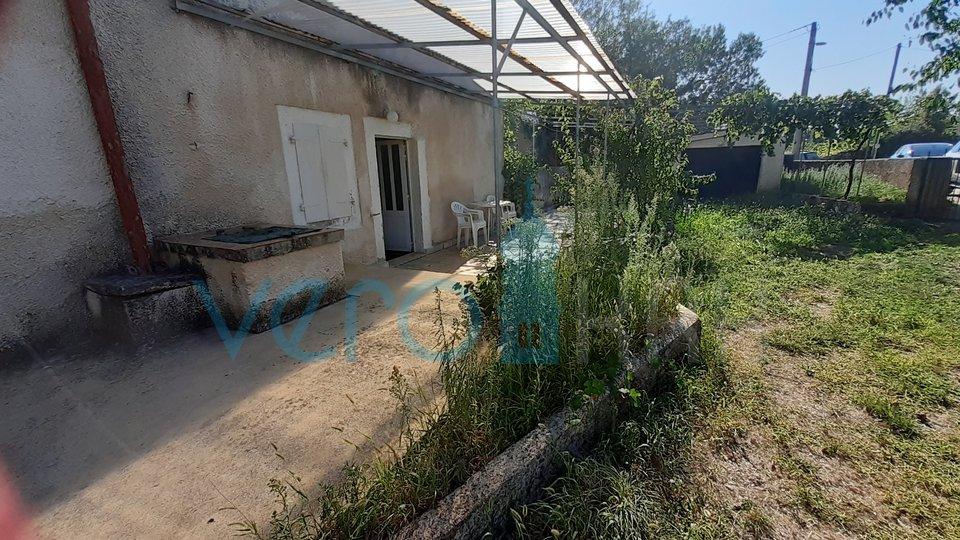 Mesto Krk, širša okolica, posest s hišo in vrtom 2300m2