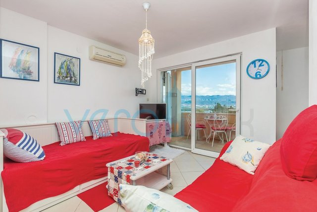 Čižići, otok Krk, dvoetažni stan 83 m2 sa pogledom na more i okućnicom