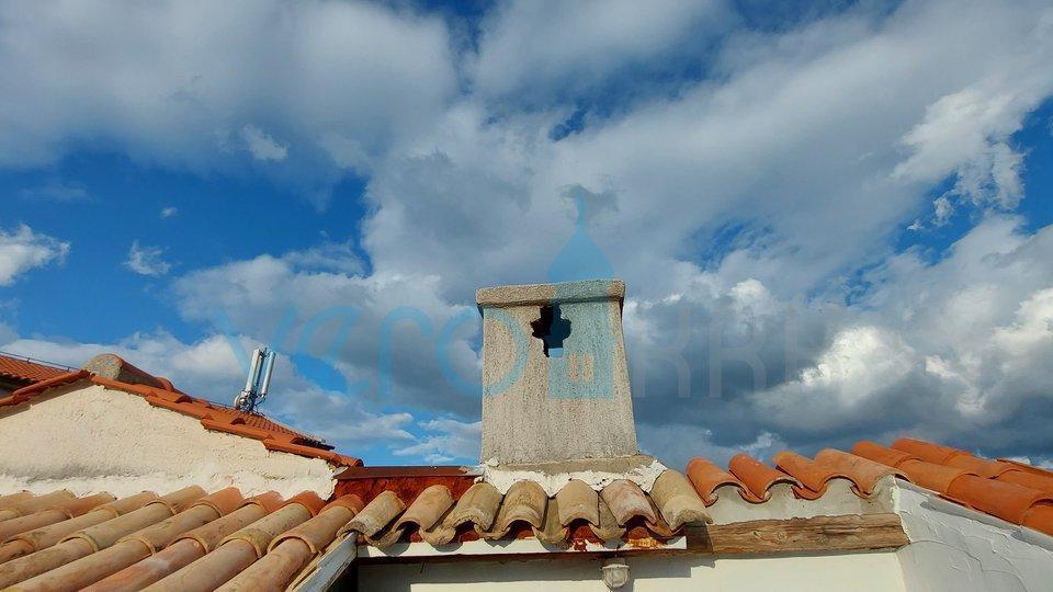 Vrbnik, otok Krk, stara jezgra, autohtona primorska kuća sa djelomićnim pogledom na more