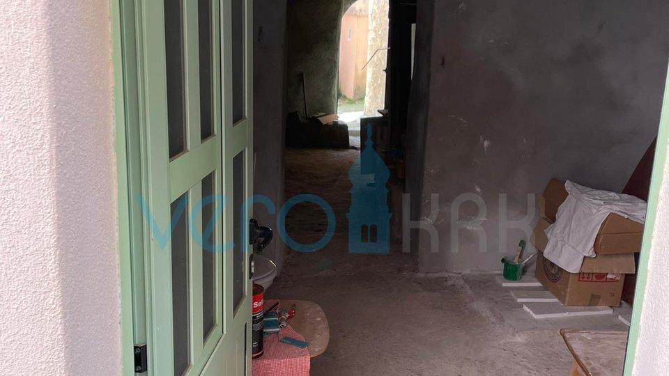 Vrbnik, otok Krk, novouređeni stan u autohtonoj kući sa okućnicom