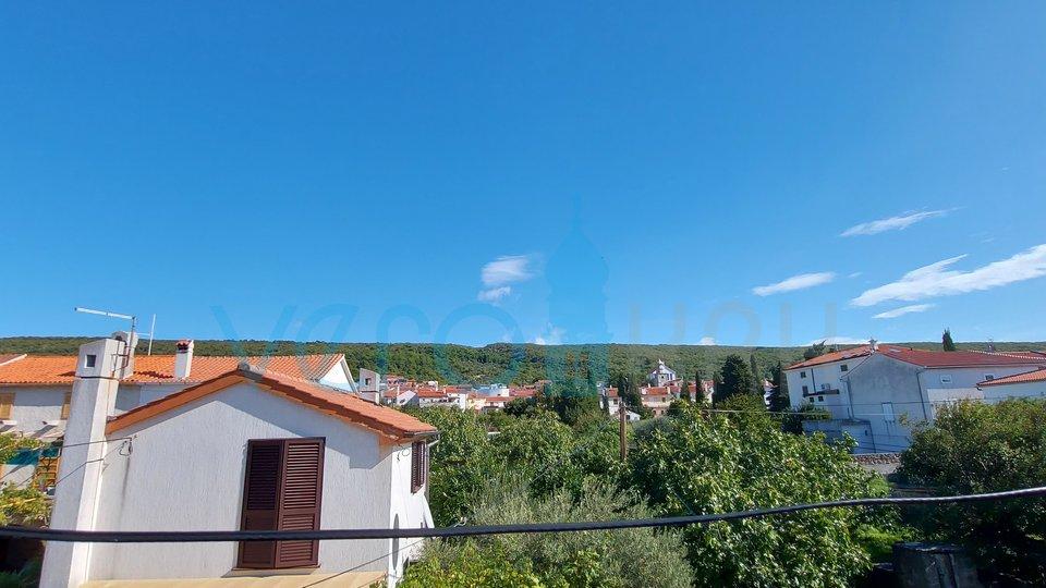 Punat, Insel Krk, altes Steinhaus mit Büroräumen in erster Reihe zum Meer