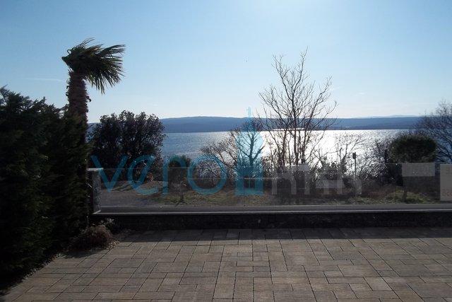 Crikvenica, Dramalj, moderan apartman u prizemlju sa pogledom na more i okućnicom