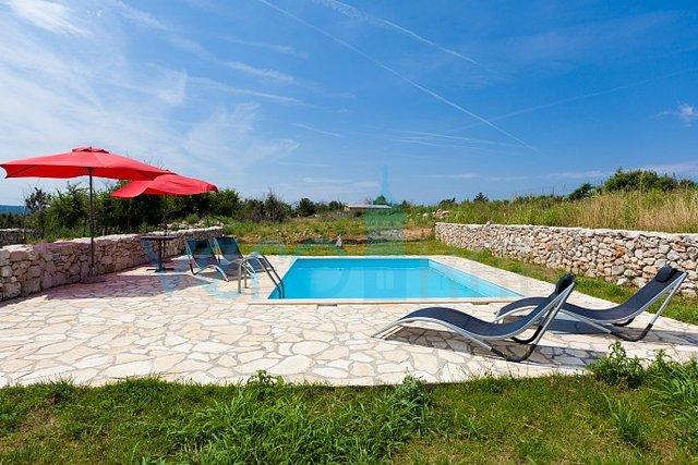 Otok Krk, Čižići, okolica, vila s bazenom te velikom okućnicom