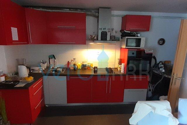 Malinska, dvosoban apartman u prizemlju sa velikom okućnicom