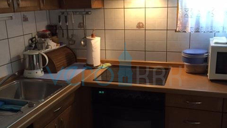 Malinska, otok Krk, dvosoban apartman u prizemlju sa okućnicom