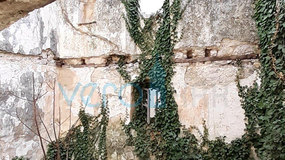 Otok Krk, Omišalj, stara ruševna kuća u centru grada