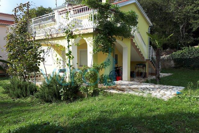 Otok Krk, Čižići, samostojeća kuća sa velikom okućnicom