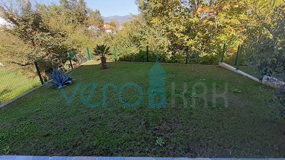 Isola di Krk, Šilo, confortevole appartamento al piano terra con giardino