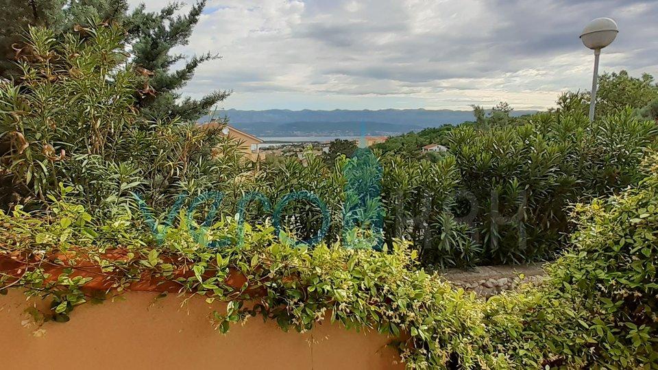 Otok Krk, Klimno, PRILOŽNOST! Hiša v vrsti z lepim vrtom in panoramskim pogledom na morje