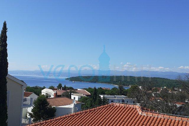 Njivice, dvosobni apartma 85,57 m2 z velikim vrtom in pogledom na morje