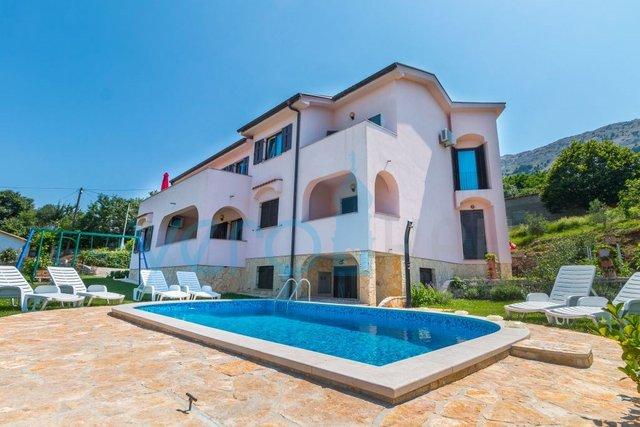 Baška, otok Krk, šira okolica, samostojeća kuća s 4 apartmana i bazenom