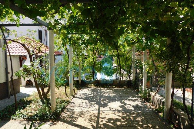 Baška, otok Krk, dvosoban stan u prizemlju s lijepom okućnicom