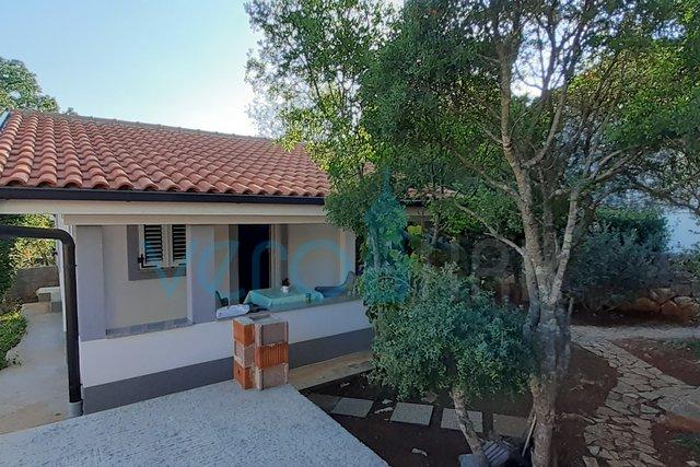 Otok Krk, šire područje, lijepa montažna kućica s parcelom i novogradnjom