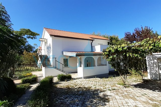 Malinska, okolica, samostojeća kuća sa uređenom okućnicom i garažom