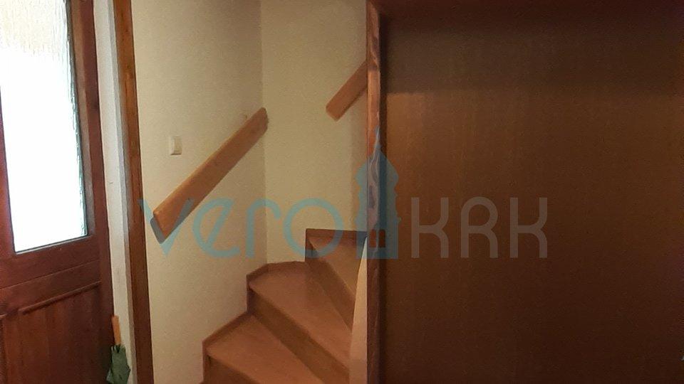 Otok Krk, okolica grada Krka, samostojeća kuća sa tri apartmana
