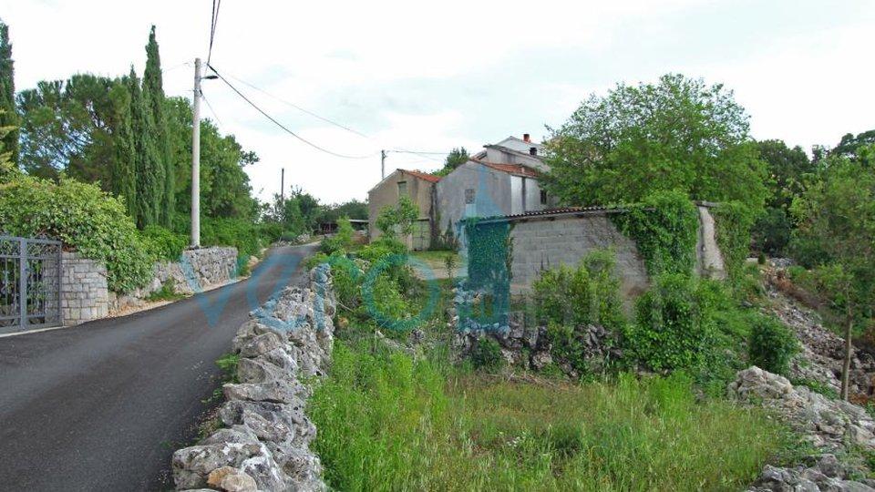 Die Stadt Krk, Umgebung, autochthones altes Steinhaus mit großem Garten