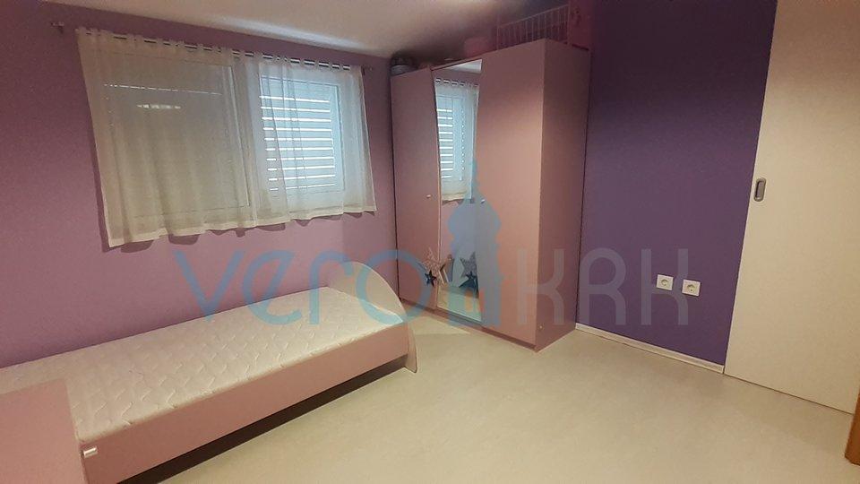 La città di Krk, appartamento con tre camere da letto con giardino al piano terra