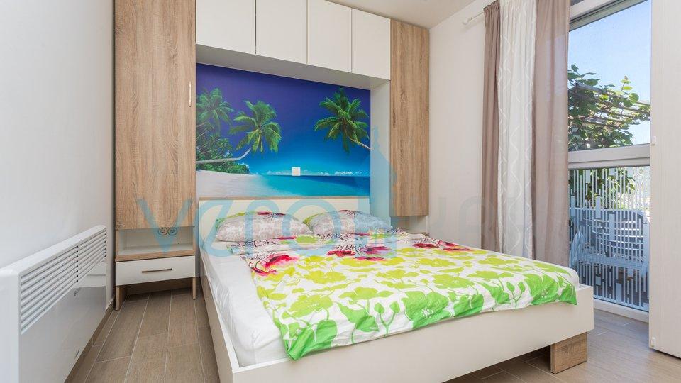 Klimno, otok Krk, moderan dvosoban stan u prizemlju, 1 red do mora