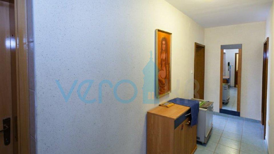 Punat, otok Krk, trosoban stan na katu sa okućnicom