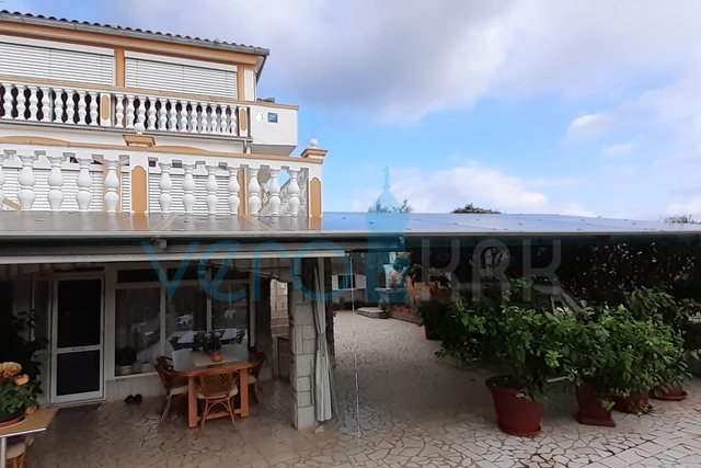 Isola di Krk, dintorni di Dobrinj, villetta a schiera con giardino e garage