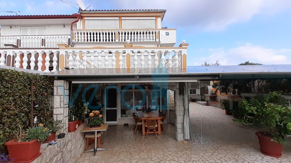 Otok Krk, Dobrinj okolica, uređena kuća u nizu sa okućnicom i garažom